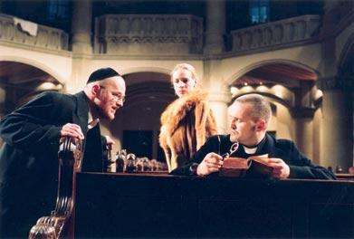 Gespannt verfolgt die fanatische Königin (Eva Meier) den Disput zwischen dem Rabbi (Hubert Bail, li.) und dem Dominikaner Pablo Christiani (Rainer Haustein). Foto: V. Derlath